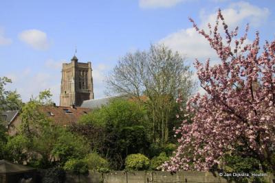 Blik op de Martinuskerk op een mooie voorjaarsdag in Woudrichem.