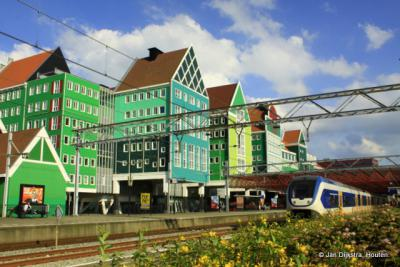 Het nieuwe stadhuis van Zaandam gezien vanaf het station.