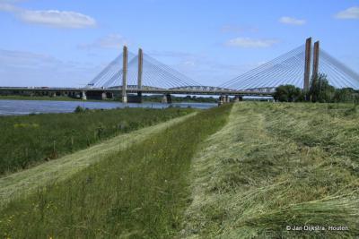 Vanuit Zaltbommel zien we de Martinus Nijhofbrug