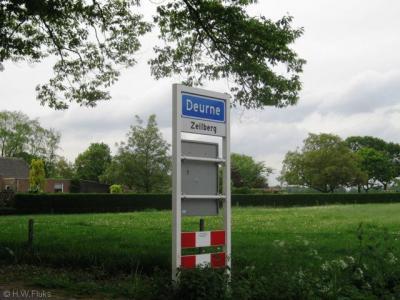 In 1989 had Zeilberg al witte plaatsnaamborden onder komborden Deurne gekregen als erkenning van de identiteit van het dorp.