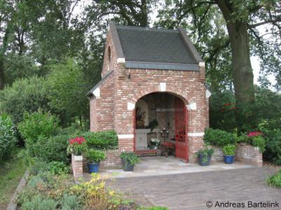 De Mariakapel aan de Mossendamsweg in buurtschap Zeldam is in 2005 door inwoners en lokale bedrijven gerealiseerd