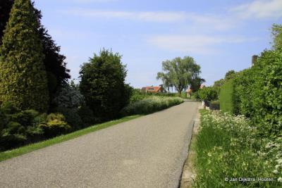 De weg naar de buurtschap Zennewijnen bij Tiel