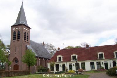 Zorgvlied, RK kerk, met voormalige landbouwschool