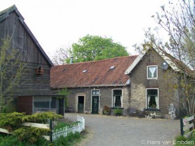 Schiedam is in de loop der tijd fors uitgebreid en verstedelijkt. Toch is er ook nog altijd sprake van een stuk buitengebied met monumentale boerderijen, zoals deze op Harreweg 85, N van de kern van Kethel.