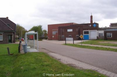 Zuid (buurtschap van Elsloo FR), buurtschapsgezicht met o.a. de voormalige zuivelfabriek uit 1886/1887, thans in gebruik als kantoor en opslag.