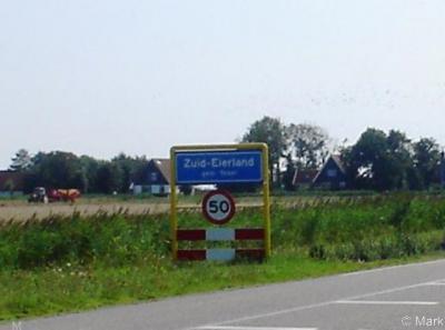 Zuid-Eierland, in ieder geval tot zomer 2008 stond de naam nog met koppelteken op de plaatsnaamborden