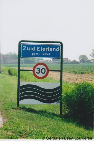 Zuid-Eierland, de huidige borden schrijven de plaatsnaam zonder koppelteken. Lijkt ons een 'drukfoutje', want waarom zou je het op zich terechte koppelteken willen verwijderen?