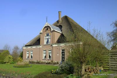 In het dorp Zuidermeer vind je nog verschillende monumentale stolphoeven, maar er is er maar een een rijksmonument, en dat is deze, op Koggeweg 1.
