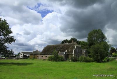 Zuidzijde, mooie, oude boerderijen in deze buurtschap