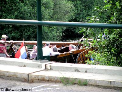 Zuna, brug over de Regge, die hier de grens vormt tussen de buurtschappen Zuna en Notter. Op de foto een Enterse zomp. Voor een beschrijving daarvan, zie bij https://www.plaatsengids.nl/enter.