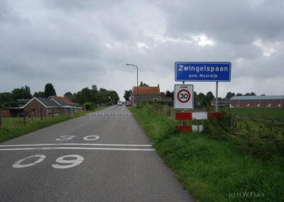De buurtschap Zwingelspaan heeft geen echte kern, alleen lintbebouwing, maar is toch een bebouwde kom met 30 km-zone. In het postcodeboek bestaat de plaatsnaam Zwingelspaan niet, voor de postadressen is Zwingelspaan verdeeld over drie omliggende kernen.
