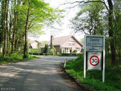 Zwolle (buurtschap van Groenlo) had tot 2005 nog blauwe plaatsnaamborden (komborden). Tegenwoordig is/heeft het kennelijk geen bebouwde kom meer, maar nog wel een 30 km-zone.