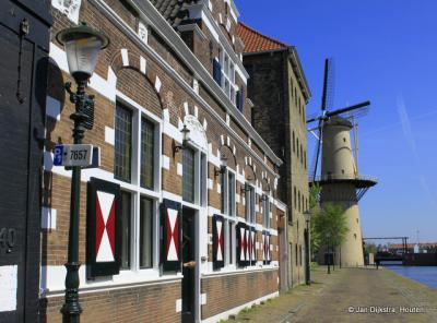 In de verte de geheel vernieuwde Molen De Kameel in Schiedam