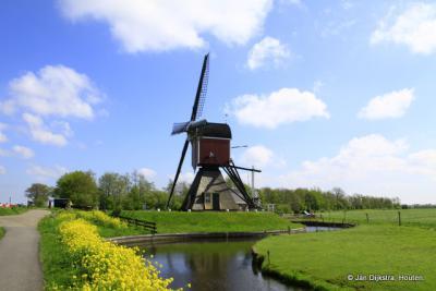 De Bosmolen in Leiderdorp moest daar weg wegens de aanleg van de HSL. Daarom is hij in 2004 verplaatst naar Koudekerk aan den Rijn, waar hij sindsdien door het leven gaat als Lagenwaardse Molen.