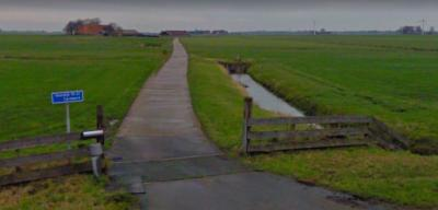 Buurtschap Aaksens omvat twee boerderijen met als postadressen Hemdijk 19 en 21 'in' Tjerkwerd. Het is topografisch gezien een complexe situatie. Zie daarvoor het hoofdstuk Ligging. (© Google StreetView)