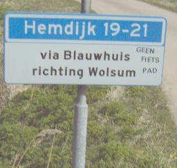 Waar de Hemdijk vanuit Tjerkwerd overgaat in de Vitusdyk te Blauwhuis, stónd dit attente bordje dat je voor Hemdijk 19-21 (= Aaksens) door Blauwhuis heen moet richting Wolsum. Helaas is dit bordje ergens na 2009 verdwenen.