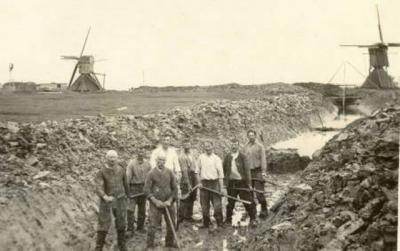 De twee spinnenkopmolens van Aaksens zijn rond 1926 vervangen door een elektrisch gemaaltje. Vermoedelijk zijn de arbeiders de sloot hier aan het baggeren t.b.v. de komst van het gemaal.