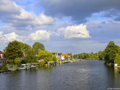 Buurtschap Aalsmeerderbrug ligt aan de Ringvaart van de Haarlemmermeerpolder. Op deze foto komt dat goed tot uitdrukking.