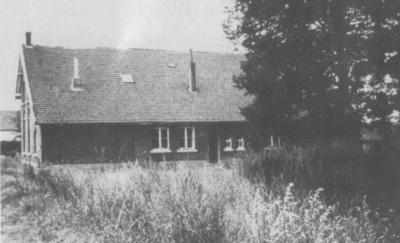 Buurtschap Aan de School, foto van de voormalige lagere school (op Prinsenbaan 38) waar de buurtschap naar is genoemd. (uit: E. Huisman, 'De parochie Koningsbosch', 1978)