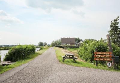 ZW van de kern van buurtschap Aan de Zuwe ligt op Wilnisse Zuwe 58 het langerrekte recreatieterrein Veen-Vliet, een particulier terrein met ca. 40 koop-recreatiewoningen (met Vereniging van Eigenaren).