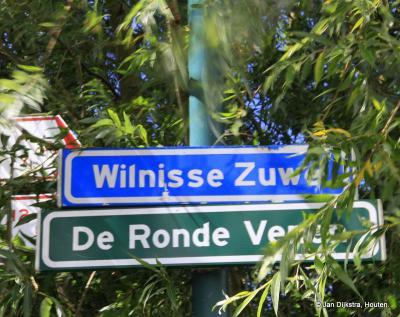 Als je vanaf de Lange Meentweg over de brug op de weg Wilnisse Zuwe komt, kom je vanuit de gemeente Woerden de gemeente De Ronde Venen binnen. Netjes dat de gemeente dat met een bordje aangeeft. Dat zouden meer gemeenten in hun buitengebieden moeten doen.