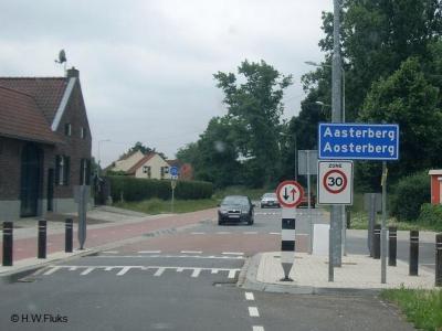 Buurtschap Aasterberg omvat slechts ca. 20 huizen, maar is door gemeente Echt-Susteren toch groot/dichtbebouwd genoeg bevonden voor een bebouwde kom, en heeft daarom blauwe plaatsnaamborden, met 30 km-zone.