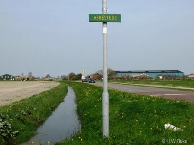 De buurtschap Abbestede heeft geen plaatsnaambordjes, alleen straatnaambordjes, die je door hun plaatsing dwars op de weg tevens als plaatsnaambordjes zou kunnen beschouwen.