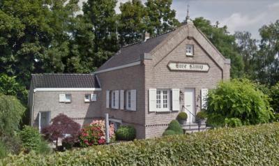 Over de geschiedenis van Huize Klimop in buurtschap Absdale valt veel te vertellen. Zie daarvoor het hoofdstuk Geschiedenis. (© Google StreetView)
