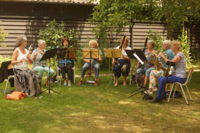 Het kleine dorp Acht bij Eindhoven heeft een rijk verenigingsleven. Ze hebben zelfs een Symfonieorkest (Ensemble Classique Eindhoven) en het op deze foto afgebeelde, daaruit voortgekomen octet Opus Acht. (© www.ensembleclassique.nl)