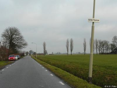 De kleine buurtschap Achter-Thesinge heeft ook een klein plaatsnaambord, dus je moet goed opletten, anders ben je er zo voorbij. Jammer dat ze het koppelteken zijn vergeten...