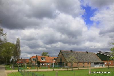 Een mooi rijtje niet zulke oude boerderijen in het dorp Achterberg