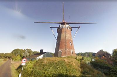 De Heimolen in buurtschap Achterhoek bij Rucphen is in 2009 door de gemeente aangekocht. In 2012 is een restauratie gereedgekomen. Op deze foto de molen in 2009. (© Google)