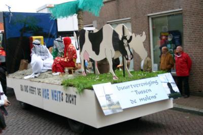Dit is de wagen van buurtvereniging Tussen de Molens uit Achterland in de optocht van Groot-Ammers van 2008, die als thema 'landen' had. (© Piet)