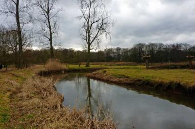 Achterste Brug en Voorste Brug liggen in het Dommeldal, het dal dus rond het riviertje de Dommel, tegen de grens met België. Deze foto is van de Dommel net over de grens in België. (© Henri Floor)