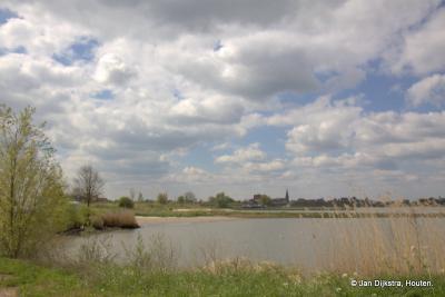 Ameide in de Alblasserwaard gezien vanuit de Achthovense Uiterwaarden in de Vijfheerenlanden over de rivier de Lek.
