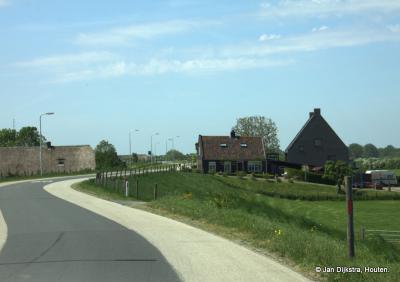 De weg over de Lekdijk (die hier Achthoven heet) is recentelijk vernieuwd en ligt er weer strak bij.