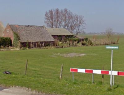 Foto uit 2009, bordje genaamd Achthoven west. Enkele jaren later (zie de afbeelding hierboven) is het 'verbeterd' tot Achthoven West. Helaas heeft de bordenmaker weer verkeerd 'gegokt', want de correcte spelling van deze straatnaam is Achthoven-West...