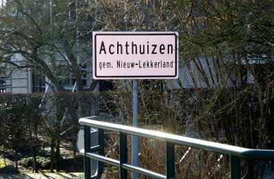 """Achthuizen, het officiële plaatsnaambord """"Achthuizen gem. Nieuw-Lekkerland"""" is in december 2009 feestelijk onthuld. (© Jan Oosterboer)"""