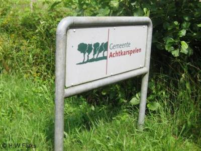 De gemeente Achtkarspelen heet je aan haar grenzen gastvrij welkom met een fraai bord met een logo dat een bosrijke gemeente impliceert (foto 2009). En dat is ook zo.