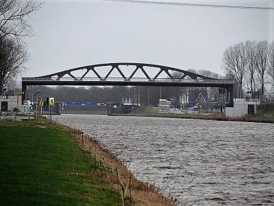 De nieuwe hefbrug over het Van Starkenborghkanaal bij Aduard is eind 2018 gereed gekomen en op zijn plaats gehangen. De brug is onderdeel van de verlegde N983 om Aduard heen. (© Harry Perton)
