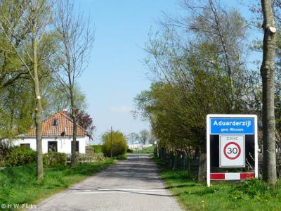 Aduarderzijl is zo'n idyllisch buurtschapje, dat je daar niet eens sneller dan 30 km/uur moet wíllen rijden...