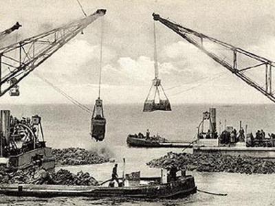 In 1927 is gestart met het aanleggen van de Afsluitdijk. Na vijf jaar hard werken aan deze megaklus is de dijk (eigenlijk: dam) in 1932 gereedgekomen. Op de foto het dichten van het laatste gat.