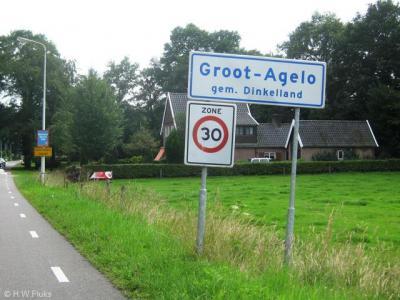 De buurtschap Agelo is verdeeld in Groot-Agelo en Klein-Agelo. Groot-Agelo heeft witte plaatsnaamborden omdat de buurtschap buiten de bebouwde kom ligt.