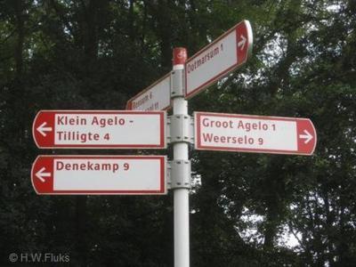 Jammer dat Klein-Agelo géén plaatsnaambordjes heeft. Een richtingbord in de buurt vertelt je wel waar je heen moet, én zegt tegelijkertijd dat je er al bent aangekomen, gezien het - teken achter de naam, dus het is tevens min of meer een plaatsnaambordje.