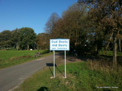 Op donderdag 28 oktober 2014 heeft de buurtschap Ald Beets dan eindelijk erkenning gekregen, door het plaatsen van de definitieve plaatsnaamborden. Gefeliciteerd! Alleen jammer van het 'drukfoutje': Ald Beets had eigenlijk bovenaan moeten staan...