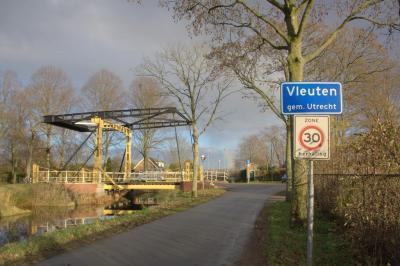 Het gemeentelijke monument de Jeremiebrug is in 1912 gebouwd en lag tot 2011 over de Kruisvaart in Utrecht. In 2015 is hij opnieuw opgebouwd in buurtschap Alendorp. (© Jan Dijkstra, Houten)