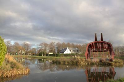 Na de gemeentelijke herindeling van 2001 is om de Alenderdoperweg heen, op de grond van de vroegere tuinderijen van buurtschap Alendorp, het stadspark Máximapark aangelegd, genoemd naar prinses, later koningin Máxima. (© Jan Dijkstra, Houten)