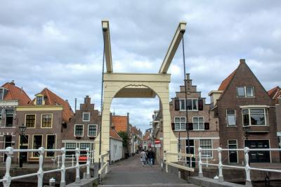 Van achter de Baanbrug kijken we links en rechts naar huizen aan de Oudegracht en rechtdoor naar de Hofstraat (© Jan Dijkstra, Houten)