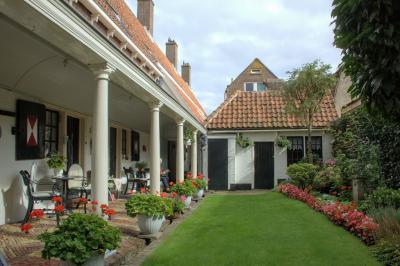 Op de hoek van de Lindegracht en de Ritsevoort in Alkmaar vinden we het Hofje van Splinter (© Jan Dijkstra, Houten)