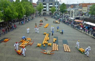 Een van de attracties waar Alkmaar beroemd om is, is de kaasmarkt, op de vrijdagen van eind maart tot eind september. Onder het kopje 'Evenementen en activiteiten' kun je er meer over lezen. (© Jan Oosterboer)
